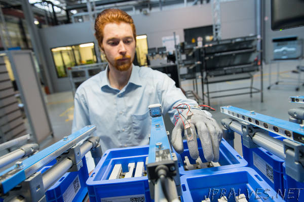 Smart glove for Industry 4.0: Connecting the physical hand to the virtual world